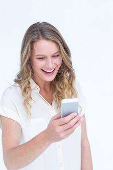 Sourire de textos femme avec son smartphone