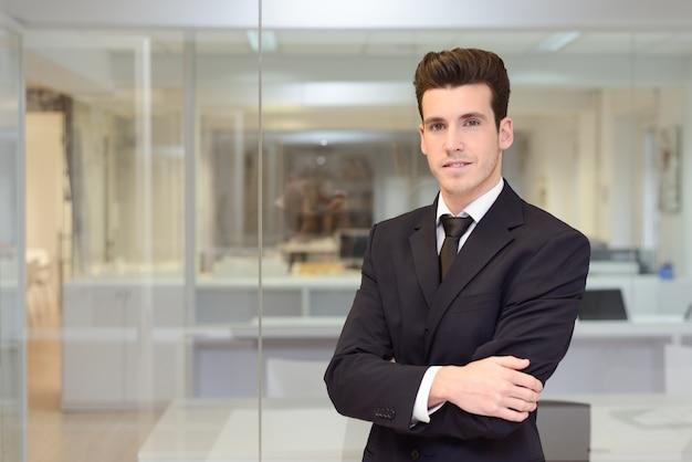 Sourire travailleur avec cravate et costume