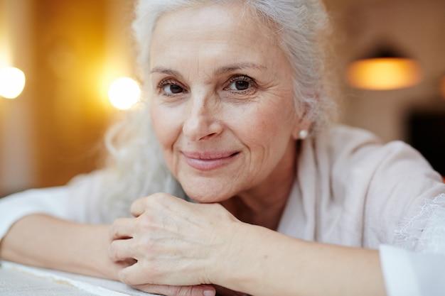 Sourire vieille femme