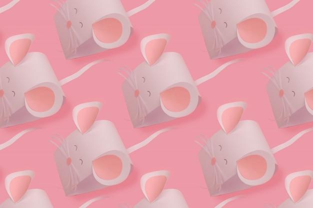 La souris est faite de papier blanc sur un rose.