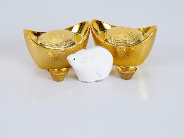 Souris jouet avec récipients dorés