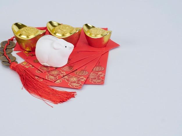 Souris jouet avec récipients et papiers dorés
