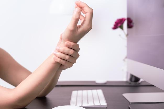 Souris longue utilisation bras de poignet souris au bureau. syndrome de bureau