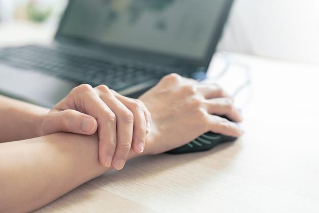 Souris longue utilisation femme poignet bras douleur