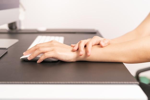 Souris longue utilisation femme poignet main bras douleur