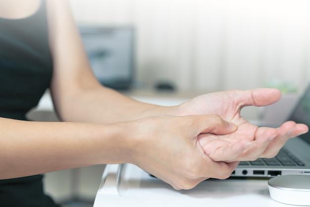 Souris main longue utilisation douleur femme