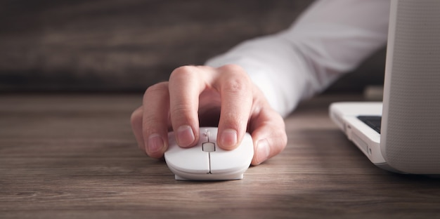Souris d'ordinateur en cliquant main mâle