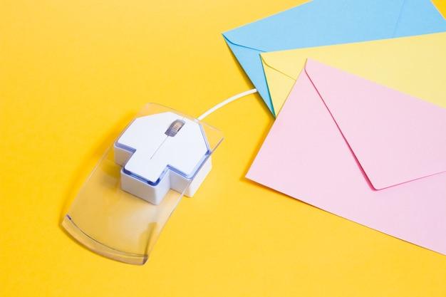 Souris D'ordinateur Et Enveloppes De Papier Lettre Photo Premium