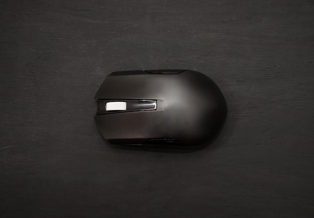 Souris d'ordinateur sur fond noir