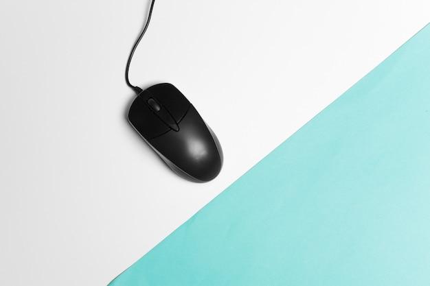Souris d'ordinateur sur un fond de papier turquoise