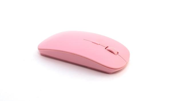 Souris d'ordinateur rose sur fond blanc