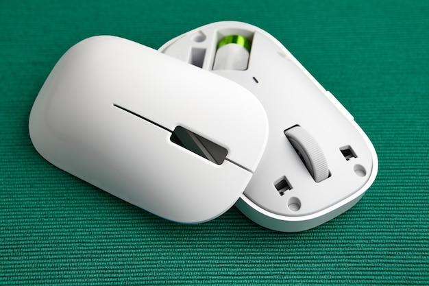 Souris d'ordinateur sans fil avec couvercle magnétique.