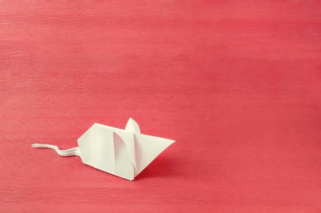 Souris en papier blanc fabriquée selon la technique de l'origami