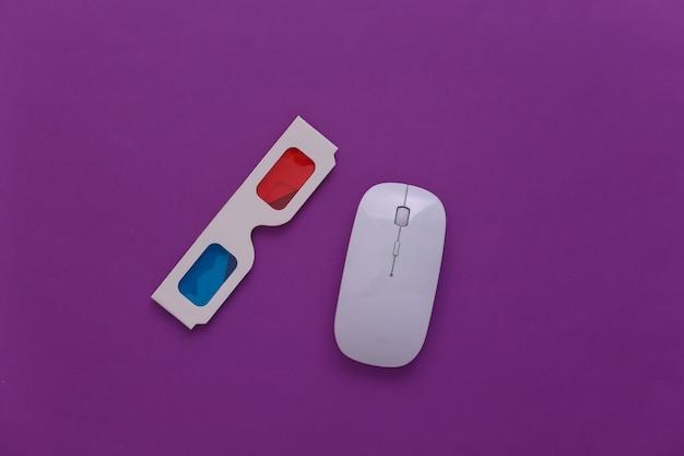 Souris pc et lunettes 3d anaglyphes sur fond violet. vue de dessus. minimalisme