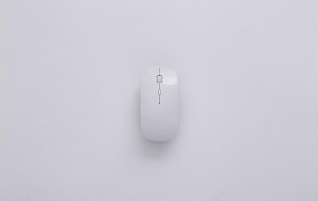 Souris pc sans fil moderne blanche sur fond blanc. vue de dessus