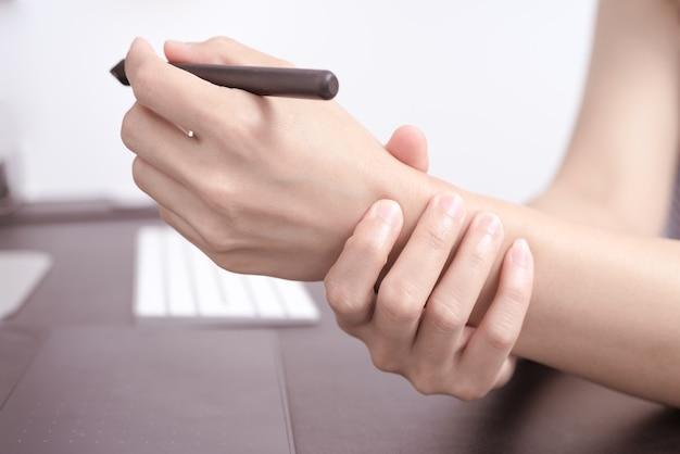 Souris stylo long usage femme bras douleur