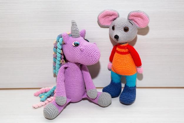Une souris tricotée. une peluche comme symbole de la nouvelle année.