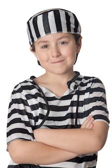 Sourit enfant avec costume de prisonnier isolé sur fond blanc