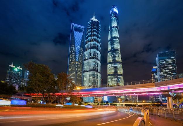 Sous le pont piétonnier du paysage urbain de shanghai la nuit, chine