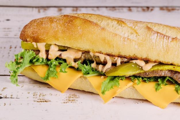 Sous-sandwich au fromage et aux cornichons