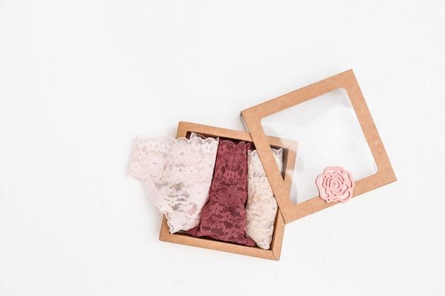 Sous-vêtements féminins à la mode pour une surprise romantique, culotte femme rose dans une boîte cadeau.