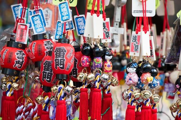 Souvenir au marché d'asakusa en face du temple, à tokyo, au japon.