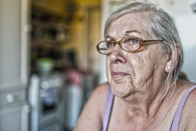 Souvenirs tristes. portrait d'une vieille femme âgée triste et solitaire