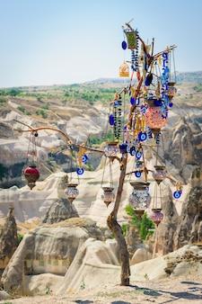 Souvenirs turcs suspendus sur un arbre
