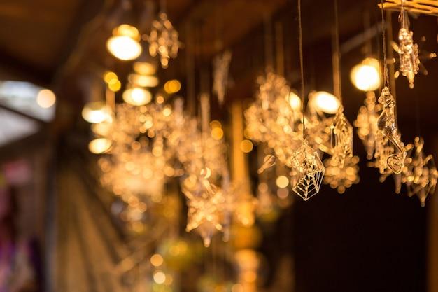 Souvenirs en verre de flocons de neige à la foire en europe