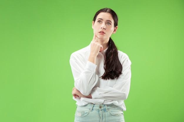 Souviens-toi de tout. laisse-moi penser. concept de doute. femme douteuse et réfléchie se souvenant de quelque chose. jeune femme émotionnelle. émotions humaines, concept d'expression faciale