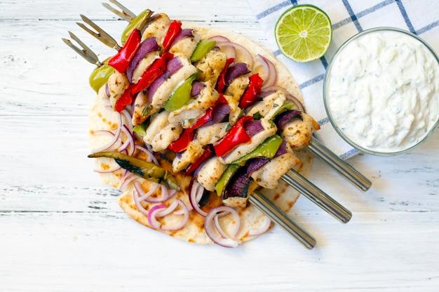 Souvlaki de poulet grillé à la grecque traditionnelle avec sauce tzatziki et pain pita