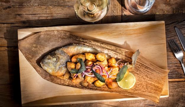 Soyez brème fraîche. poisson dans le style de la cuisine thaïlandaise.