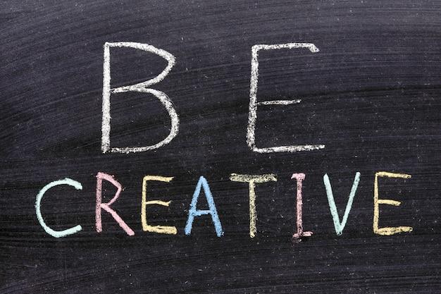 Soyez créatif expression manuscrite sur le tableau noir de l'école