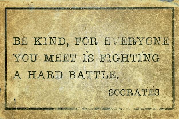Soyez gentil, car tous ceux que vous rencontrez mènent une dure bataille - citation du philosophe grec ancien socrate imprimée sur du carton vintage grunge