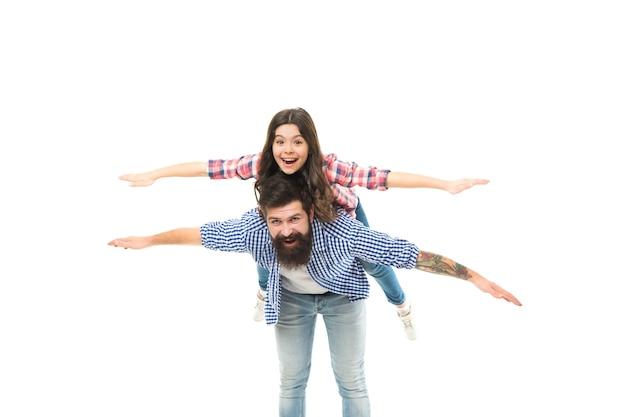 Soyons libres. heureux père et fille font semblant de voler. libérez-vous et volez. en vol. jeu gratuit. vacances en famille. voyage d'aventure. transport aérien. voyager en avion. studio de photographie. boutique hors taxes.