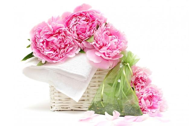 Spa aromathérapie: fleur, serviette blanche, sachet d'herbes naturelles. flou artistique