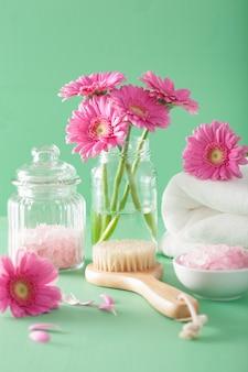 Spa aromathérapie avec des fleurs de gerbera pinceau de sel aux herbes
