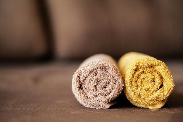 Spa au chocolat. composition de serviette brune dans une chambre d'hôtel de cure thermale