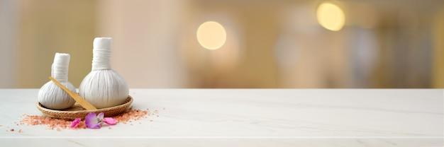 Spa à base de plantes compressant des boules sur un plateau avec du sel de spa et un espace de copie