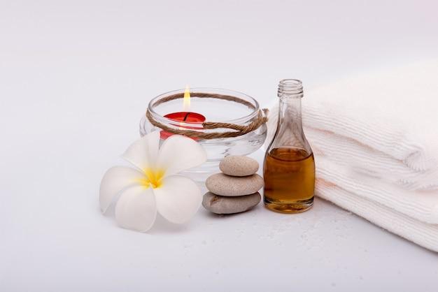 Spa à base de plantes et de miel sur fond blanc