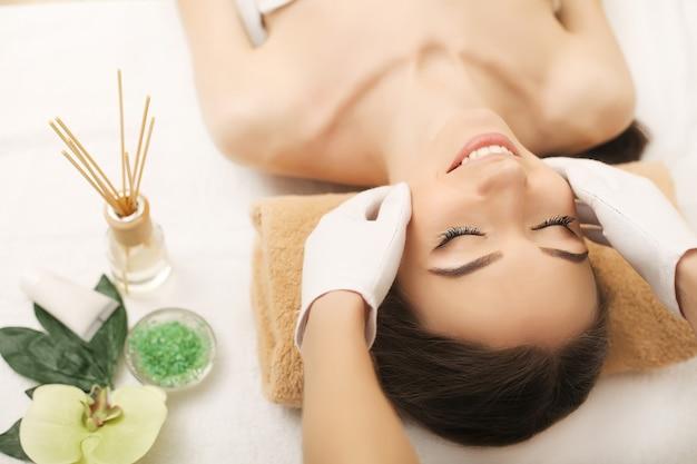 Spa. beau couple se détendre au centre de spa après un traitement de beauté, massage pour spa, salon, massage de détente pour femme, traitement