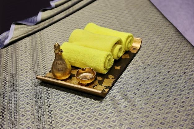 Spa et bien-être avec du savon naturel, des bougies et une serviette