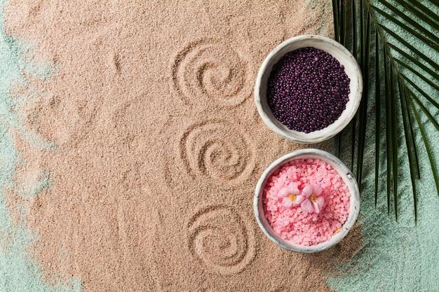Spa concept. gros plans de produits spa spa - spa salt and flowers. horizontal.
