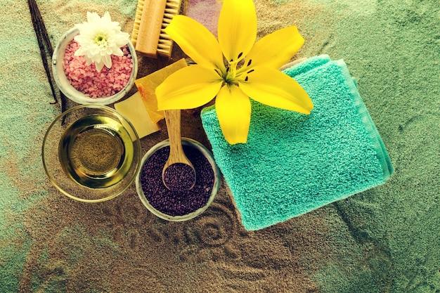 Spa concept. gros plans de produits thermaux - spa spa, serviettes et fleurs. horizontal.