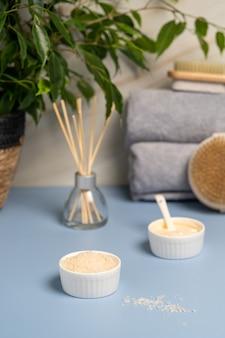 Spa concept soins du corps serviettes de bain crème au sel de mer et brosse pour le corps