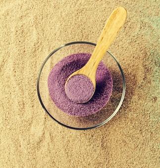 Spa concept. vue de dessus des produits de beauté. vue de dessus de spa salt on sand.