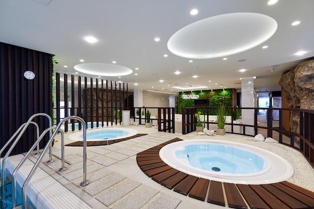 Spa design d'intérieur avec jacuzzi et piscines aux couleurs vives
