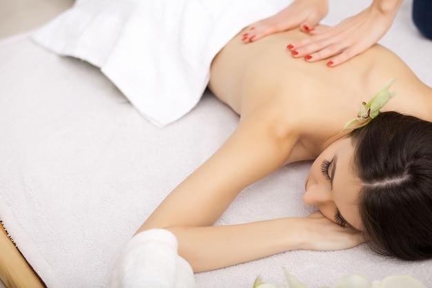 Spa. femme sur un massage sain du corps dans le salon spa.