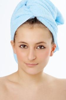 Spa femme en serviette bleue sur fond blanc