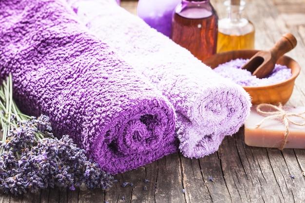 Spa de lavande - huile essentielle, sel de mer, serviettes violettes et savon artisanal